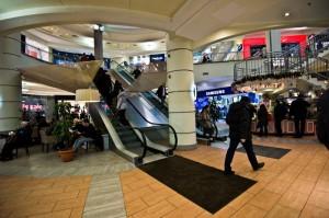 У эскалаторов в торговом центре